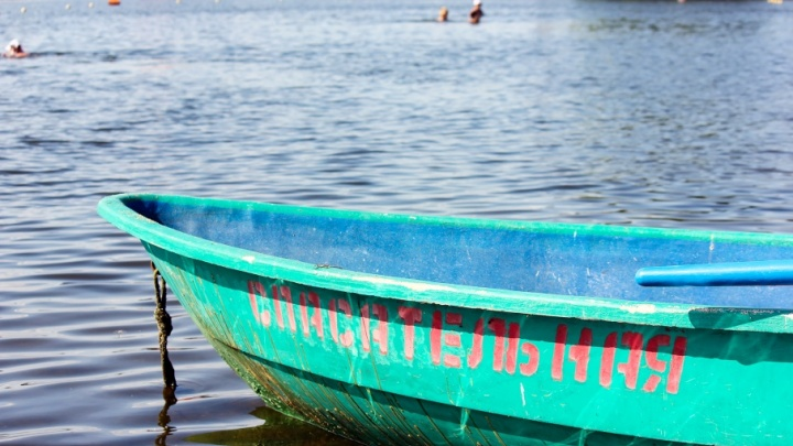 «Не умели плавать и стали тонуть»: троих детей спасли на аттракционе челябинского пляжа