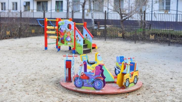 В шести дворах КАО установят детские качели