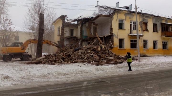 На Уралмаше начали сносить двухэтажку, которую признали аварийной четыре года назад