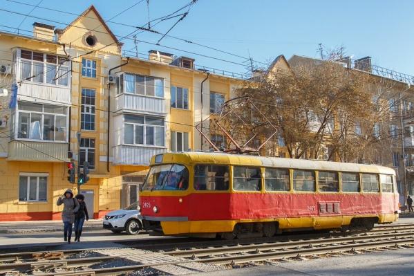 Из-за упавшего на рельсы мужчины трамваи встали на 40 минут