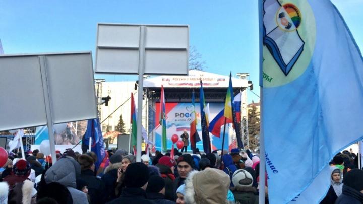 На  митинге «Россия в моем сердце» тюменцы пробуют «Допинг» без мельдония и делают селфи с флагами