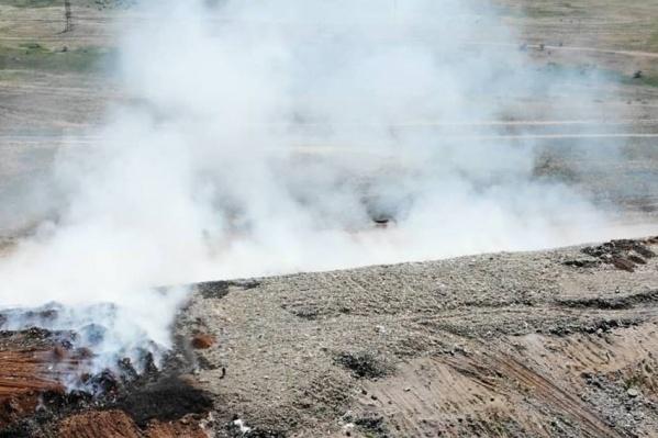 Едкий дым ветром несет на ближайшие села