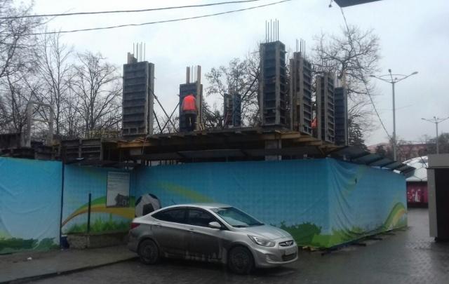 Строящимся «арт-объектом» у входа в парк Горького оказался бювет для продажи воды