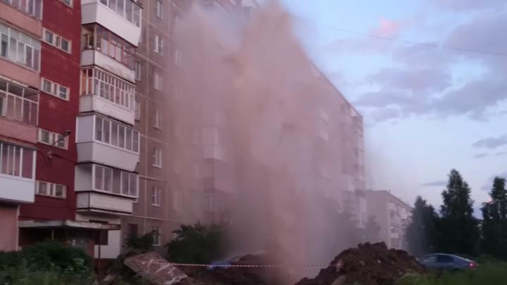 В Златоусте коммунальный фонтан кипятка до шестого этажа сняли на видео