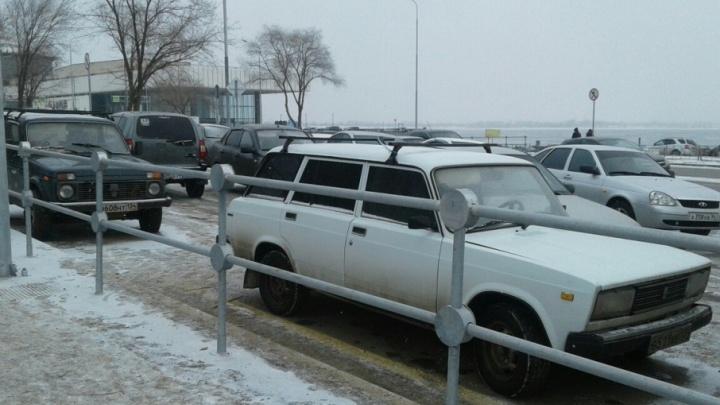 Нулевая Продольная в Волгограде из-за гуляний в пойме превратилась в большую парковку