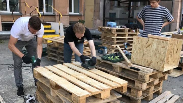 «Нарисовали эскиз и начали мастерить»: челябинцы обустраивают сквер за публичной библиотекой