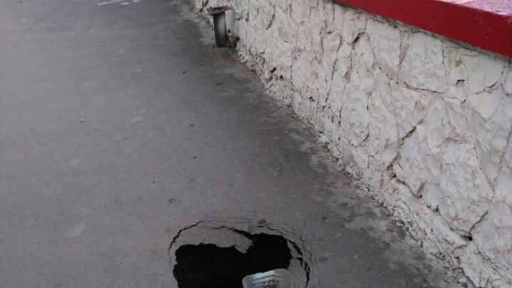 Глубокая яма в асфальте в Октябрьском районе обеспокоила ростовчан