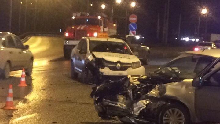 В Перми на шоссе Космонавтов столкнулись две иномарки: пострадали четыре человека