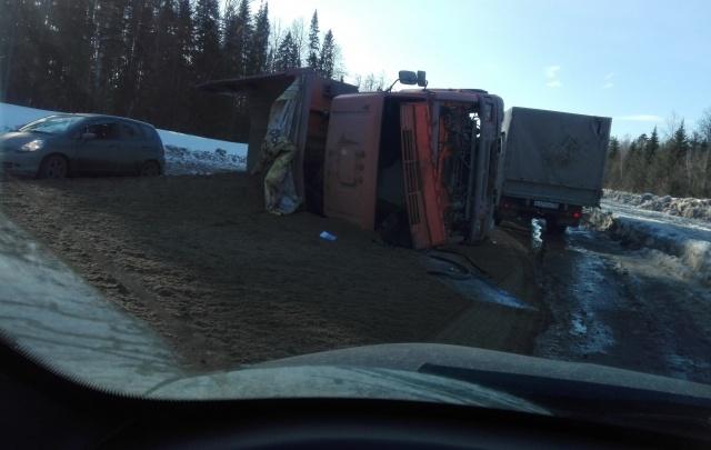 На окраине Перми перевернулся грузовик с песком