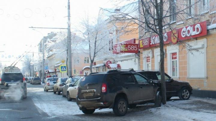 В Рыбинске «Мерседес» протаранил две легковушки и въехал в ювелирный салон