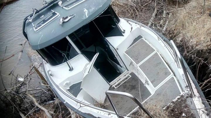 На Волге под Самарой катер на большой скорости врезался в берег