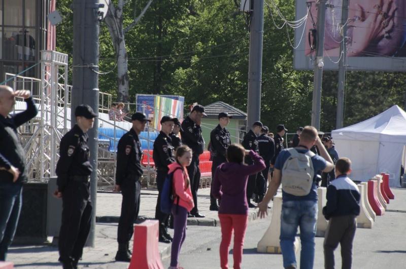 По периметру Театралки дежурят полицейские