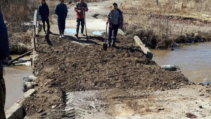 Помогли железнодорожники: в Прикамье восстановили подтопленный мост в деревне Калино