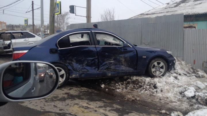«Машины в хлам, всё в крови»: BMW влетела в столб после ДТП на перекрёстке в Челябинске