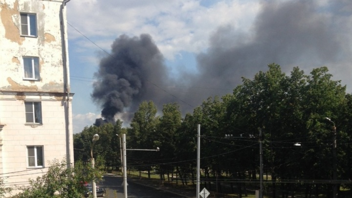 Чёрная дымовая завеса окутала район ЧМЗ