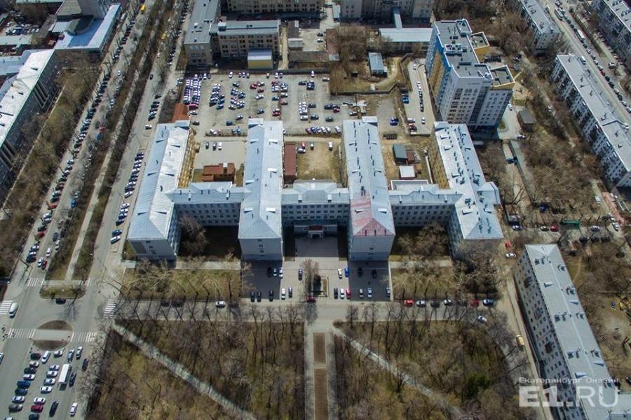 Интересней всего смотреть на это здание сверху. Оно имеет необычную форму.