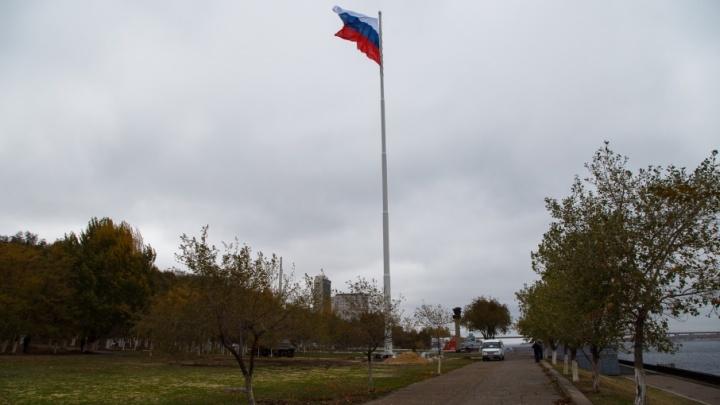 Над центральной набережной Волгограда подняли гигантский флаг России