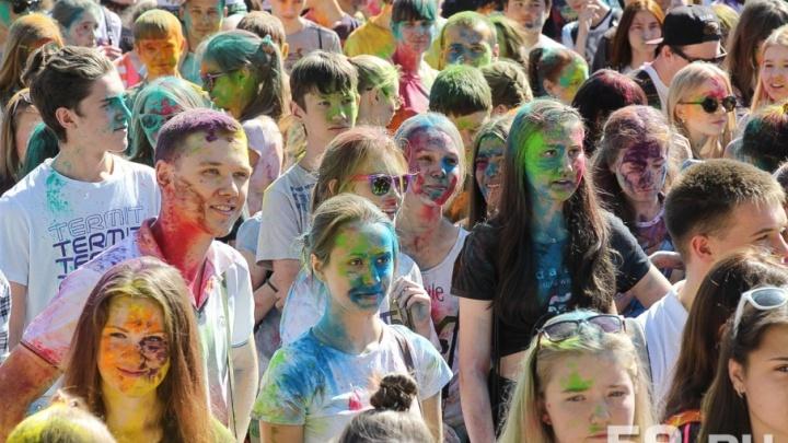 Шесть развлечений выходных: танцуем в парках и обсыпаем друг друга краской