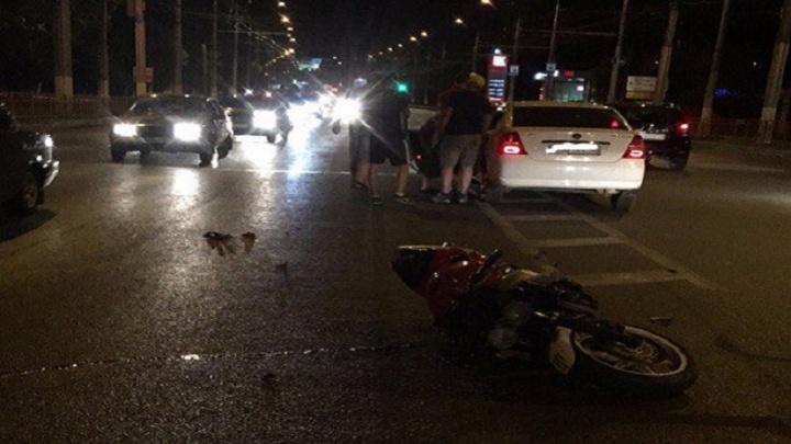 В Волгограде поздно вечером пьяный лихач сбил байкера