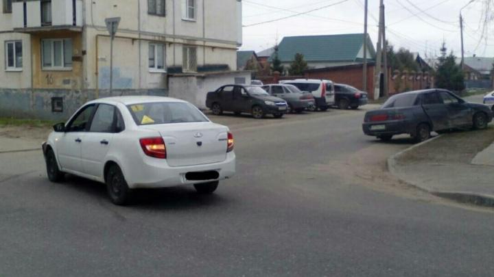 В Тольятти на улице Карла Маркса столкнулись «десятка» и «Гранта», есть пострадавшие