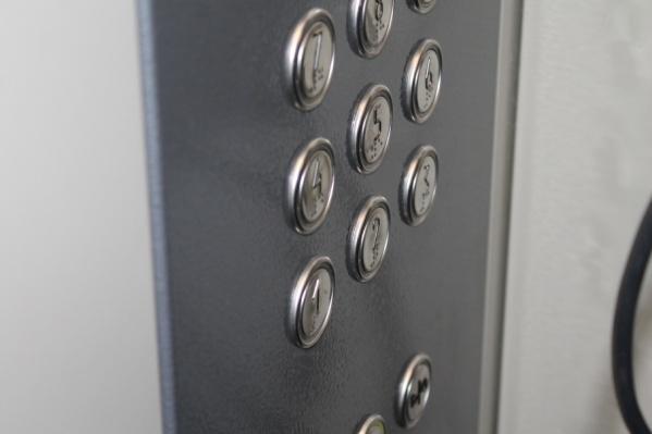 В домах устанавливают лифты со шрифтом Брайля
