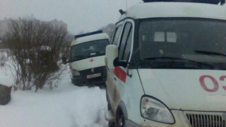 В Ярославле застрявшую машину скорой выталкивала бабушка