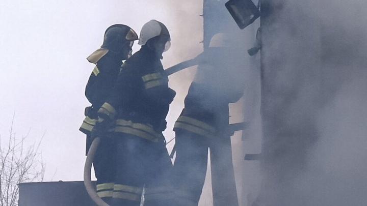 По вине курильщика в центре Волжского загорелась квартира в многоэтажке