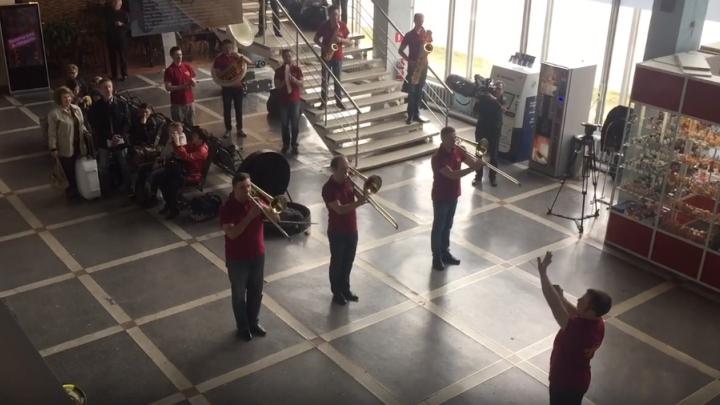 «Авиация у нас в крови»: в пермском аэропорту оркестр исполнил Штрауса и «Прощание славянки»