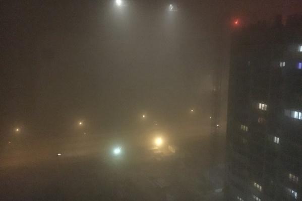 Фото сделано около 23 часов. Вид на проезжую часть улицы Университетская набережная