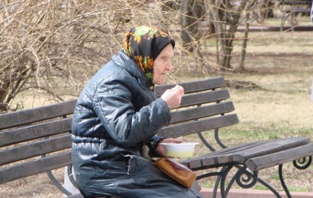 Волгоградские пенсионеры организованными группами ходят за бесплатной едой