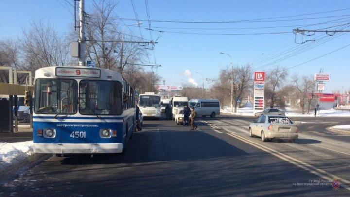 В центре Волгограда женщина угодила под колеса автобуса