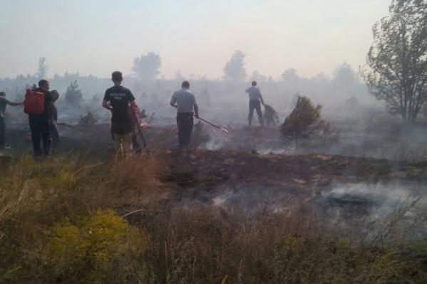 Полицейские и спасатели эвакуируют местных жителей