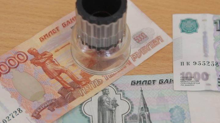 Переливается, шуршит и светится: 74.ru рассказывает, как определить фальшивые деньги
