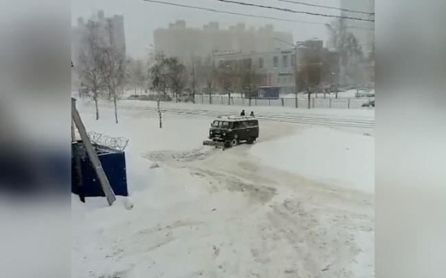 Копают все: чистить дороги Ярославля от снега вышла необычная техника