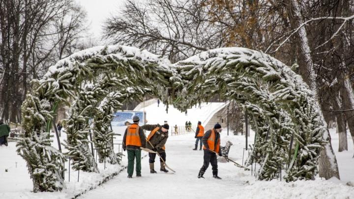 Вместо совещания на уборку снега: мэр Ярославля отправил подчинённых с лопатами на улицу