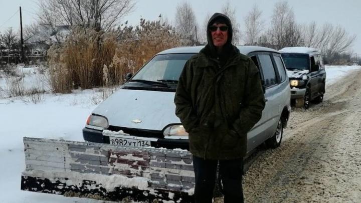 Волгоградец приделал к машине ковш и вышел на расчистку городских улиц от снега
