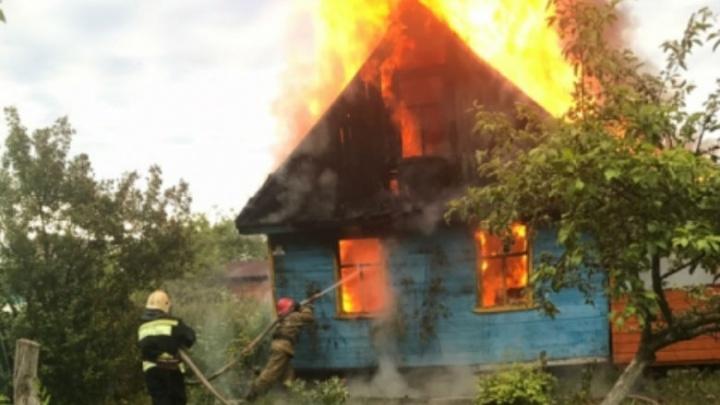 Ночной пожар в Ярославле тушили сразу три машины МЧС
