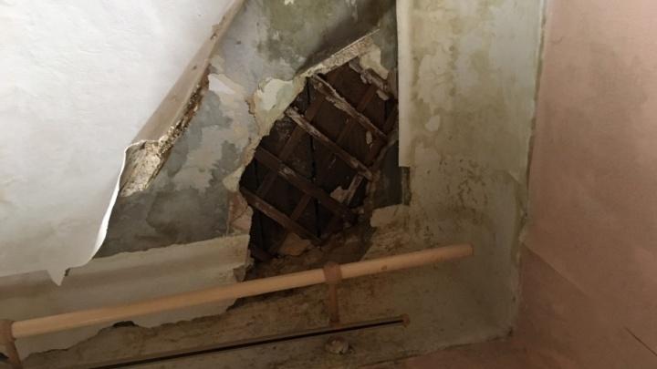 Как снег на голову: в ветхой двухэтажке на Тихвинской обвалилась крыша