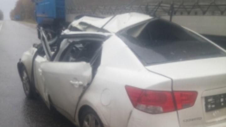 KIA влетела под грузовик: машина всмятку, есть пострадавший