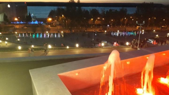 Вода в разноцветных лучах: на спуске площади Славы протестировали подсветку новых фонтанов