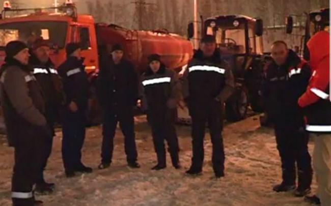 Чиновники напоили замёрзших дворников, чистящих дворы от снега, горячим чаем
