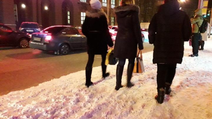 Дороги почистили, но не везде: в Ярославле пешеходы увязают на тротуарах