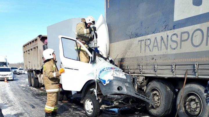 «Нырнул» под грузовик: в Самарской области на трассе М-5 столкнулись две фуры и «Газель»