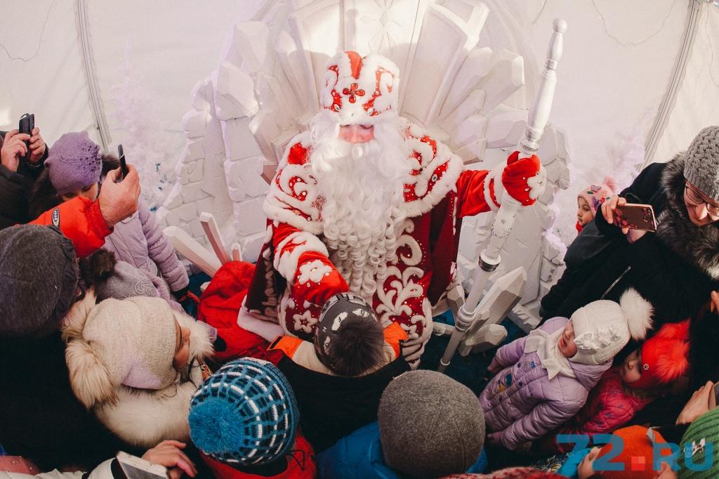 Ищите белый шатёр с надписью «Резиденция Деда Мороза». А вот и сам Дедушка. Внимательно слушает стихи в исполнении маленьких тюменцев