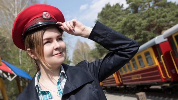 «Как на новом велике погонять»: корреспондент 74.ru поработала машинистом на детской железной дороге