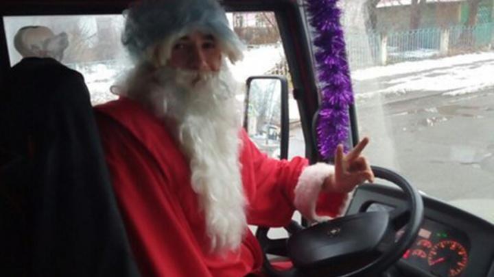По улицам Ярославля ездят Деды Морозы