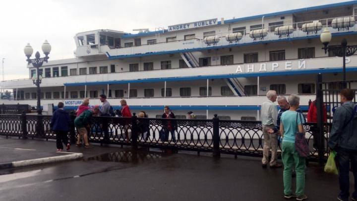В Ярославле туристы лазают на круизные теплоходы через забор: что говорят в речном пароходстве