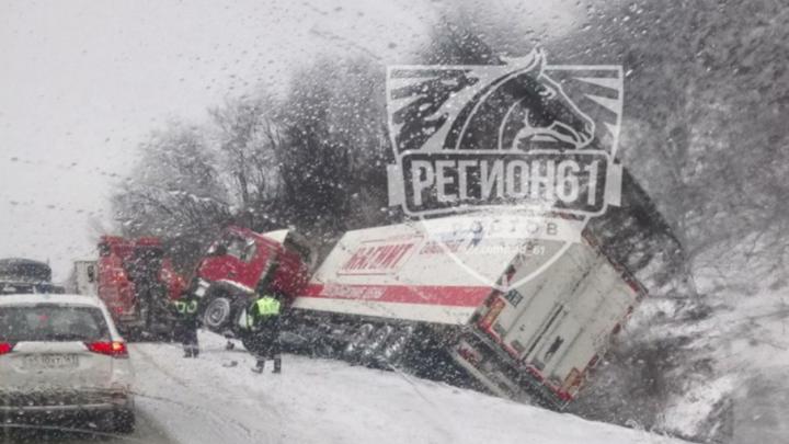 На заснеженных дорогах Ростовской области «завалились» две фуры