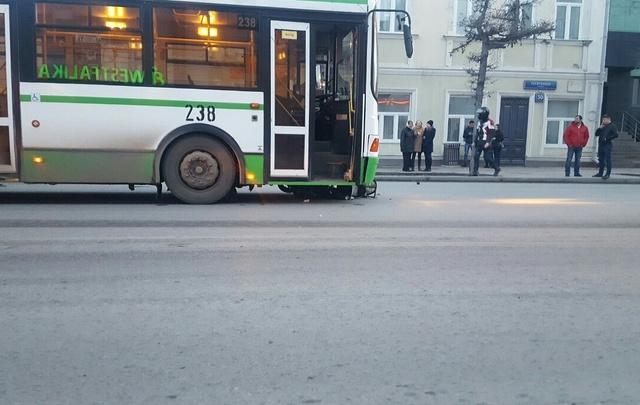 У филармонии мопед влетел под автобус