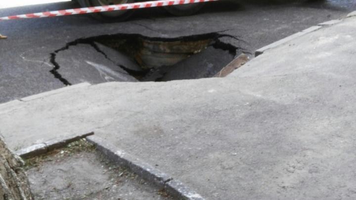 Новый асфальт в центре Волгограда уходит под землю